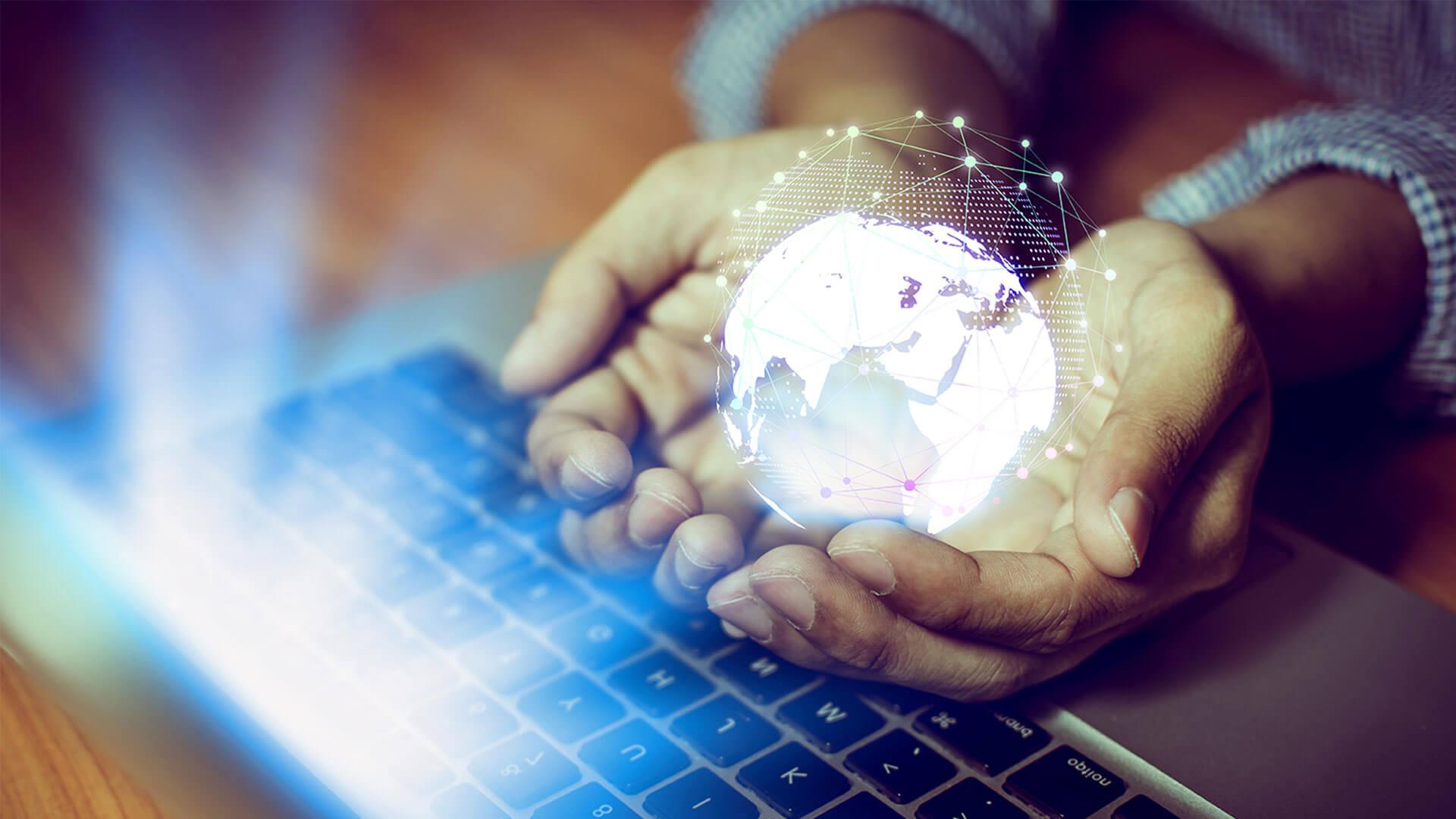 Laptop-Hand-Weltkuge